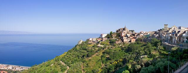 È un casale medievale, al tempo noto col nome di Vicum Agrillae, posto sul versante jonico dei Peloritani, che degrada, in una scenografia pittoresca, al fondo del Damuseddhu, dal quale...