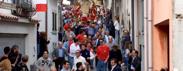 Il paese rappresentava il limite fra le comarche di Messina e Taormina e proprio la posizione geografica ne determinò il nome che deriva dal latino Limen, appunto limite, confine. Percorrere...