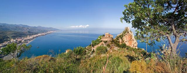 Il promontorio, proteso nelle acque turchesi dello Jono, è noto da sempre per la suggestiva bellezza. In cima a quello che i primi colonizzatori greci chiamarono Argennon akron, sorge il...